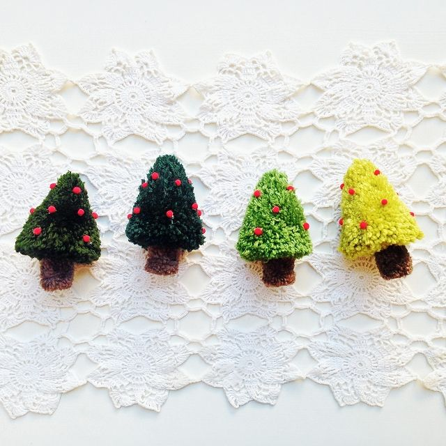 tutorial:  christmas tree pom poms!  would be so adorable as gift tags or ornaments... have to remember these for next year!  :)