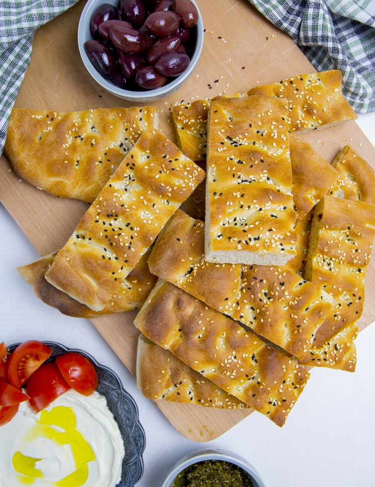 Lagana är ett lättbakat och luftigt grekiskt bröd. Underbar att servera som tillbehör till maten eller som frukostbröd. Brödet påminner både om focaccia och barbaribröd. 1 stort bröd 3 dl ljummet vatten 25 g färsk jäst eller 2 tsk torrjäst Ca 6-7 dl vetemjöl 1 msk socker 1,5 tsk salt Ca 2 tsk olivolja Garnering och pensling: Vatten & sesamfrön Gör såhär: Blanda jäst med ljummet vatten och socker. Låt stå i 10 min. Häll sedan i vetemjöl och salt, knåda degen smidig. Gärna i bakmaskin i ca ...