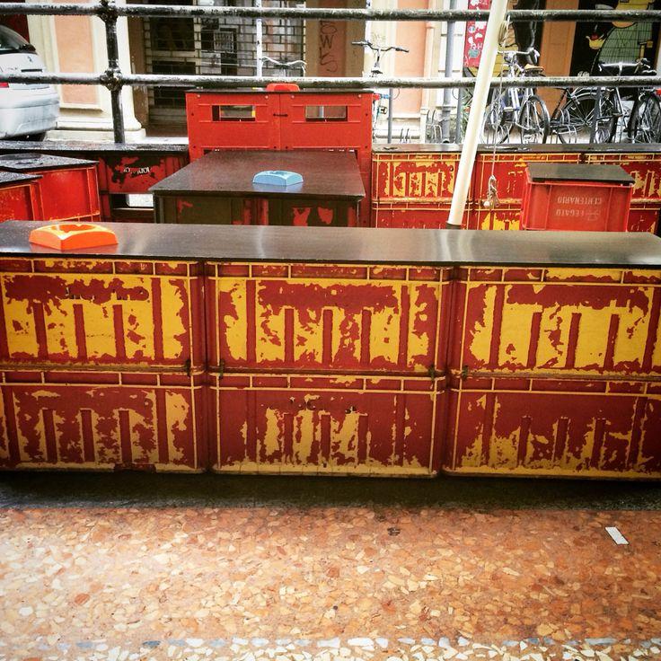 Realizzare tavolini e sgabelli con vecchie cassette di plastica. Tutorial sul blog quellosbagliato.net #riciclocreativo #vintage