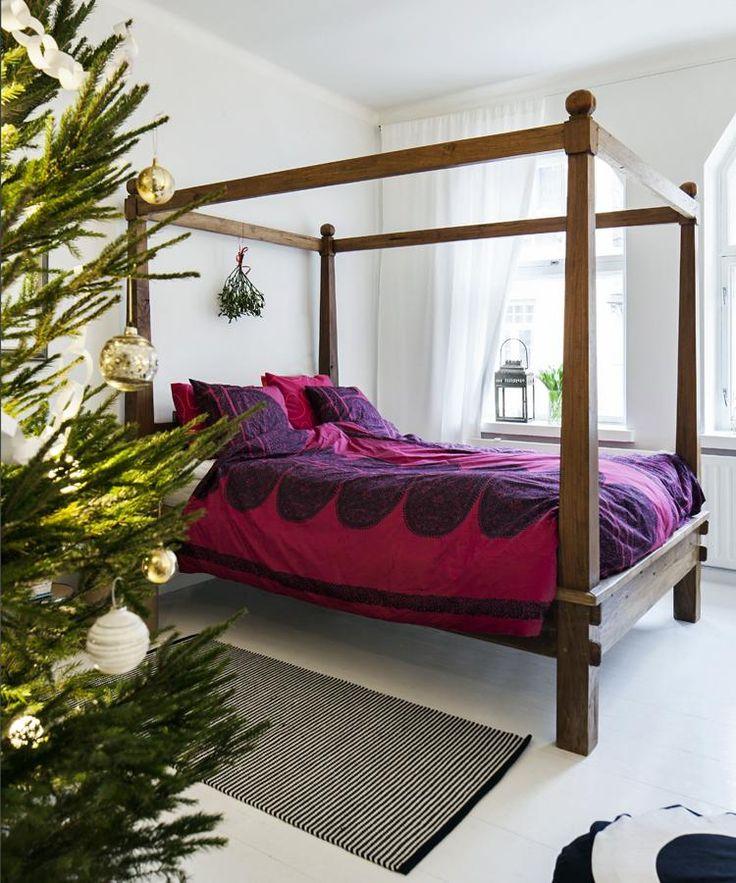 Puusepällä teetettyyn sänkyyn on jouluksi pedattu Marimekon Satula-kuosiset lakanat.   LASIPALLOJEN KIMMELLYKSESSÄ   Koti ja keittiö