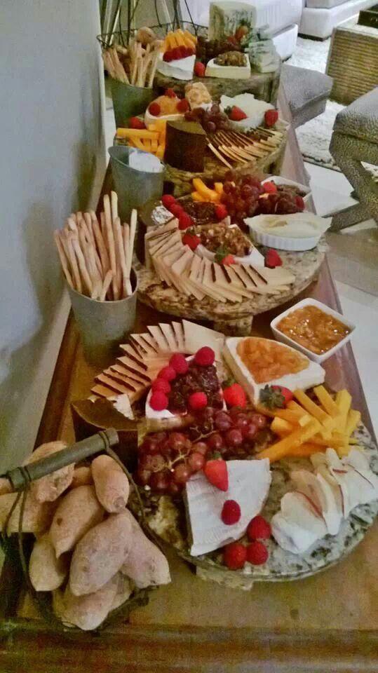 Mesa de quesos y panes artesanales, chutney y mermeladas
