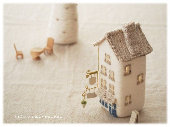 街の家ランプ ホワイトベージュ屋根 ブルードア