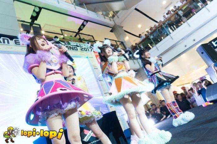 2017年2月10日(金)~12日(日)まで、タイ国バンコクにてJAPAN EXPO THAILAND2017(以下、JAPAN EXPO)が行われた。  バンコク中心部にあるセントラルワールドというショッピングセンターの各所にステージを配置し、様々な日本の文化を発信。日本からアイドルもたくさん参加し、アジア各国および、日本から応援に駆けつけたファンが一体になってステージを盛り上げた当日の模様をアイドルごとに写真で紹介する。  ※以下、五十音順  【アキシブproject】 {14} {15} {16} {17} {18} {19} {20}   【アップアップガールズ(仮)】 {21} {22} {23} {24} {25} {26} {27} {28} {29} {30} {31}   【吉川友】 {49} {50} {51} {52}   【チャオ ベッラ チンクエッティ】 {32} {33} {34} {35} {36} {37} {38} {39}   【FES☆TIVE】 {7} {8} {9} {10} {11} {12} {13}   【愛乙女☆DOLL】…
