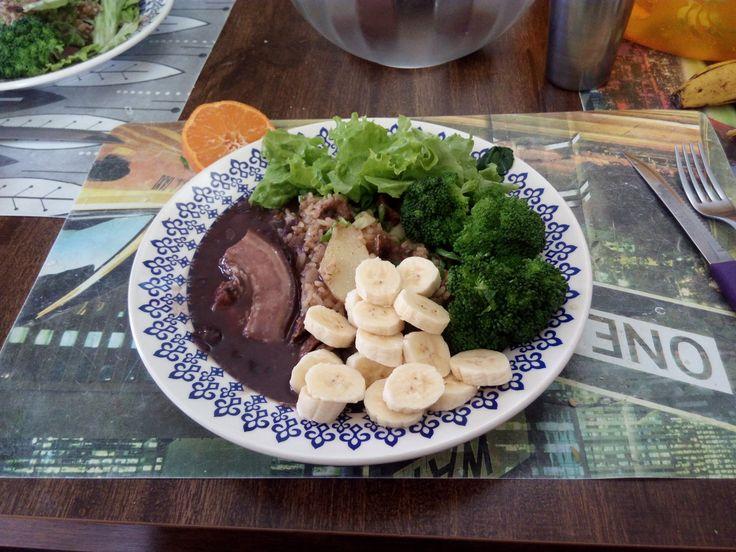 """""""Trivial"""" Carreteiro de charque, acompanhado de feijão com Bacon, brócolis cozido no vapor, salada verde, (alface), e banana prata."""