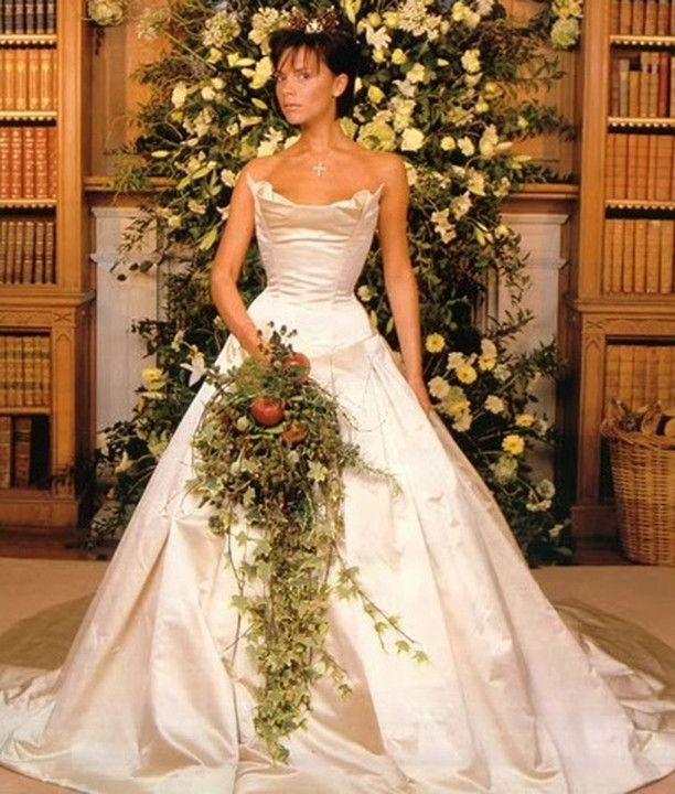 Idealna suknia ślubna powinna podkreślić urodę panny młodej, wyszczuplić, a przede wszystkim zachwycić zaproszonych na uroczystość gości. Są na świecie Panny Młode, które potrafią wydać fortunę, by w ten jeden, wyjątkowy dzień wyglądać pięknie. Jedną z najbardziej znanych sukni ślubnych w historii miała na sobie księżna Diana. Była to suknia projektu Davida i Elizabeth Emanuel, warta ponad 115 tys. dolarów. Zobaczcie, które znane kobiety w show-biznesie wydały na suknie ślubną majątek.