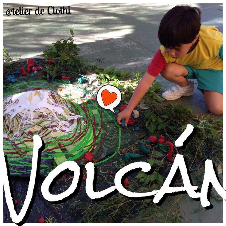 Volcán de papel, cinta, témpera y elementos naturales.... Decoramos el entorno con plastilina. Erupción con vinagre, témpera roja y bicarbonato ;)