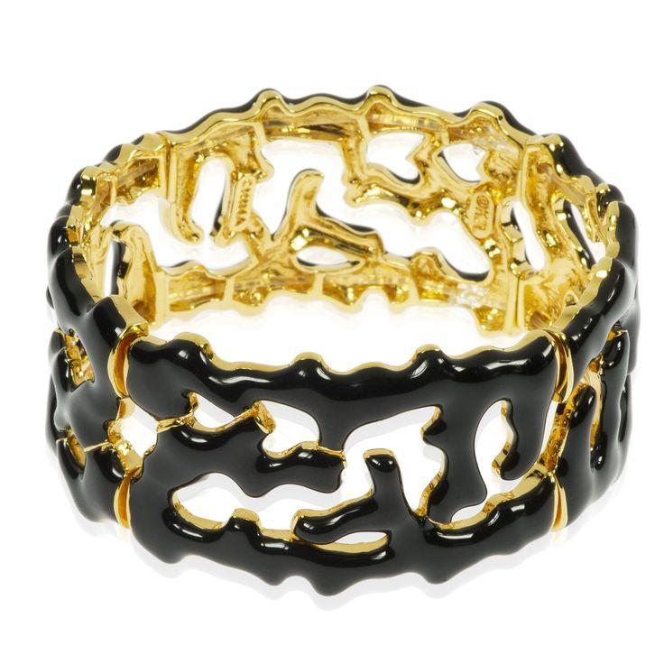Kenneth Jay Lane, bracciale elastico a fascia, con il disegno che ricorda quello di tanti rametti di corallo. L'interno è dorato, mentre la parte esterna è colorata con smalti brillanti. Il fascino del mare visto con l'occhio del design.
