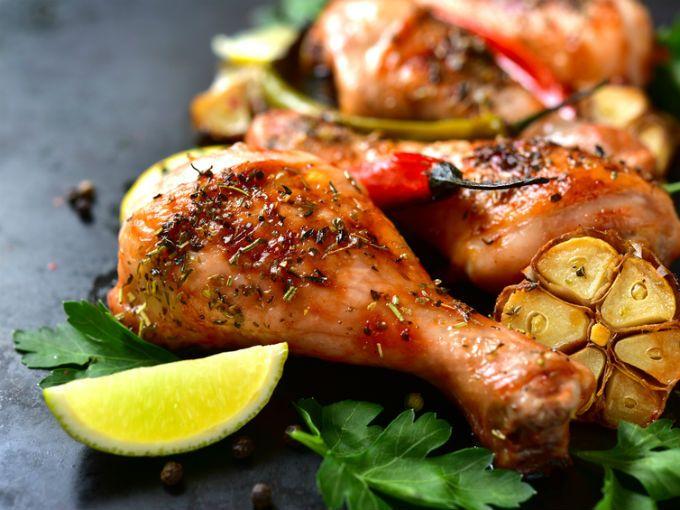 El pollo es uno de los ingredientes que nunca pueden faltar en nuestras dietas, se puede preparar de muchísimas formas y mezclar con una gran variedad de especias y vegetales. Es por ello que a continuación te presentamos 5 formas para delirar con pollo de la manera más fácil y rápida.Pollo en salsa de cremaEste pollo es tan cremoso que puedes complementarlo con arroz blanco o rojo.