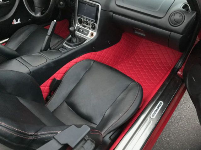 These quilted floor mats fit on top of the interior carpet of your NA/NB. They will give a nice look to your interior but also reduce the noise getting in the passenger compartment. (Version pictured: red on red in a NB Miata). – Leather/rubber combination – high quality material – waterproof – washable very easily – Scratch resistant