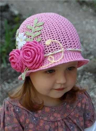 Gorro rosa tejido de crochet para niña.