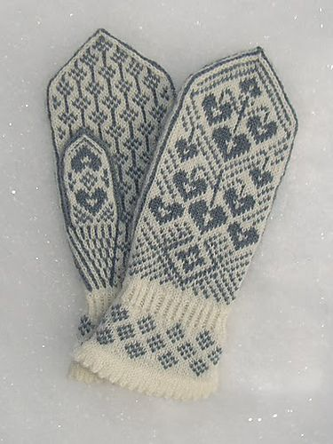 Ravelry: Kristin's Lyre Flower Mittens/Kristins Løytnantshjerter Votter pattern by Wenche Roald - Want in PINK! Love the cuff
