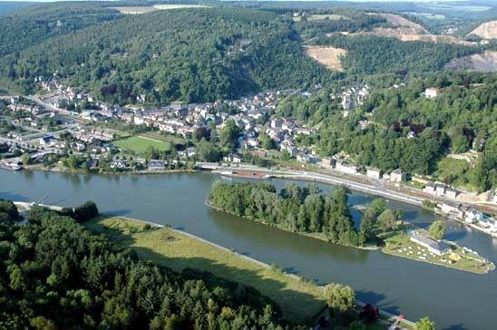Yvoir est une petite bourgade installée au confluent de la Meuse et du Bocq.  Elle est à proprement parler le point de départ de la haute Meuse namuroise.