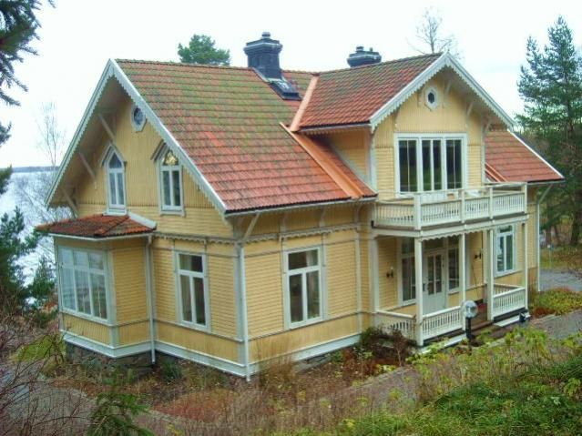 Liggande o stående panel. Höga fönster nästan upp till taket.