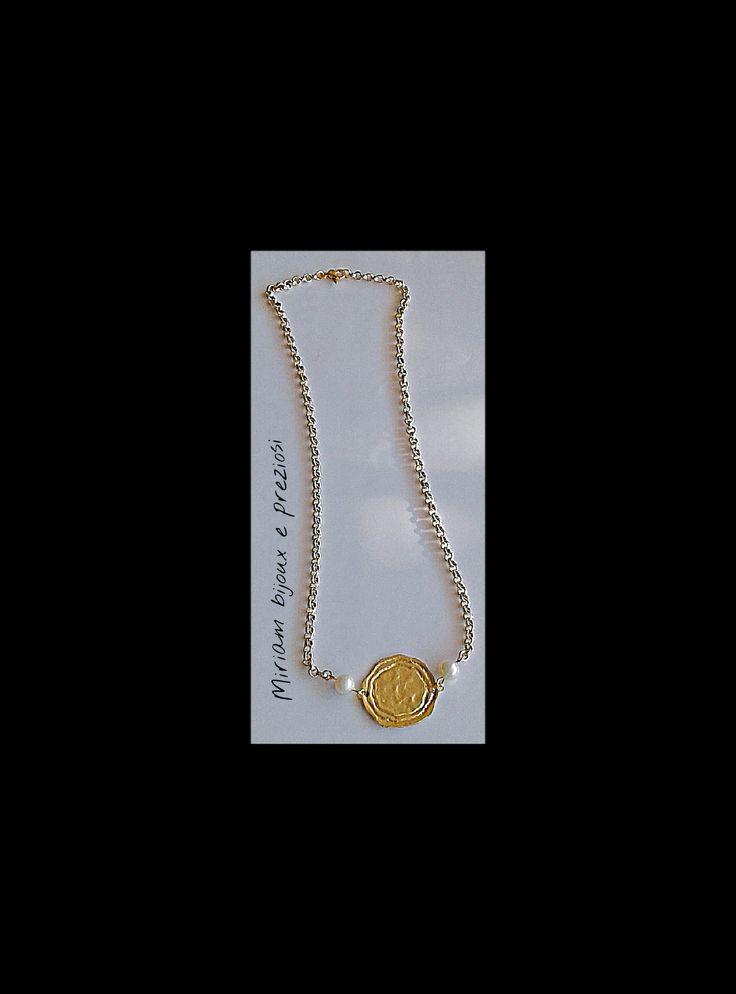 Collana realizzata con catena in alluminio, pendente in ottone e perle bianche di coltivazione.