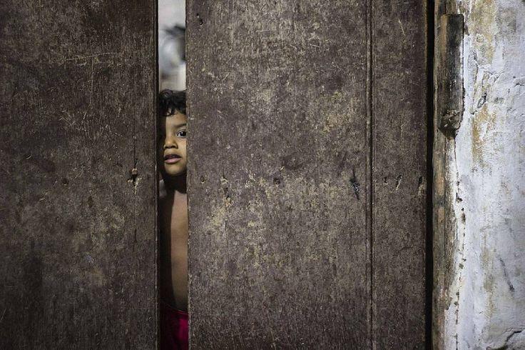 Guamal, Magdalena.   Ph : Carlos Bernate @tejiendo_memoria14 / Tejiendo Memoria  Un niño curioso, echando un último vistazo al pueblo, preguntándose qué pasará luego de que cierre esa puerta, qué le deparará el día venidero  #TejiendoMemoria #HistoriasDeMiAldea #Guamal #Magdalena #Colombia #VidaCotidiana  #children #chilhood #fun #everydaylatinamerica #everydayeverywhere #everydaymacondo #ig_colombia