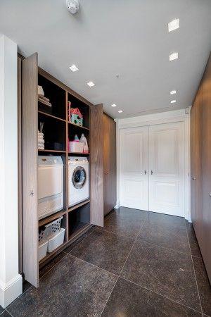 Willen beneden een wasmachine in kast, met hangruimte voor overhemden. Hebben aannemer die kastombouw kan maken, gaat om deuren ervoor. En eventueel planken/indeling.
