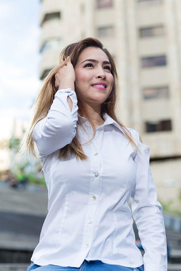 Blusa camisera blanca con detalle en el puño