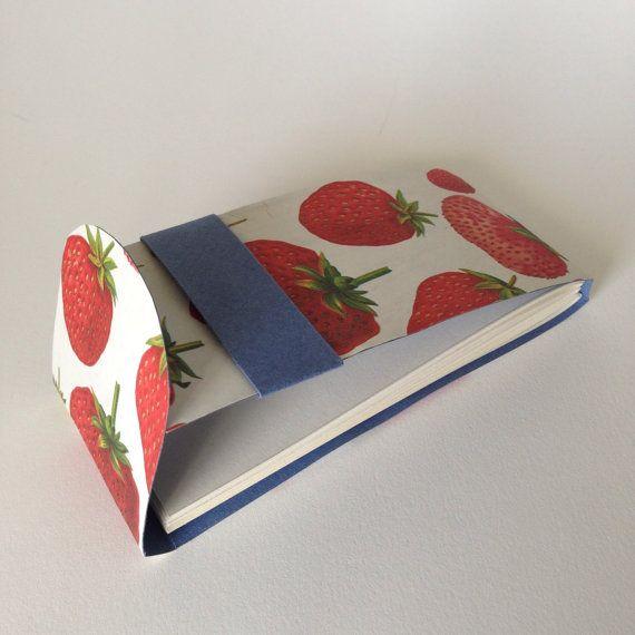 Miniatur Flip-Cover-Notebooks mit skurrilen Erdbeere drucken Abdeckungen, perfekt für gehen Listen, Kritzeleien, etc.. Unteren Hälfte der Deckel rutscht in das blaue Band auf die Hälfte zu sichern top geschlossen. Mass-5 in x 2,25 x 0,3 in.