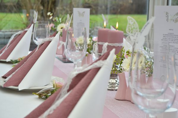 Gammel rosa borddækning til konfirmation.