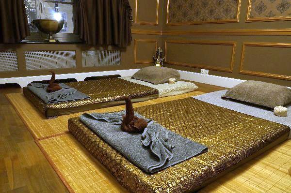 Salon masażu tajskiego, pokój dla par. saż relaksacyjny składają się elementy hinduskiej ajurwedy, jogi wywodzącej się z Państwa Środka oraz elementy refleksologii, czyli metody leczenia praktykowanej w starożytnym Egipcie. Można w nim wyszczególnić techniki dotykowo – uciskowe, takie jak wywodząca się z Chin i Japonii sztuka uzdrawiania dotykiem shiatsu, czy też chińska akupresura polegająca na dotykaniu, głaskaniu, opukiwaniu i uciskaniu określonych miejsc na ciele.