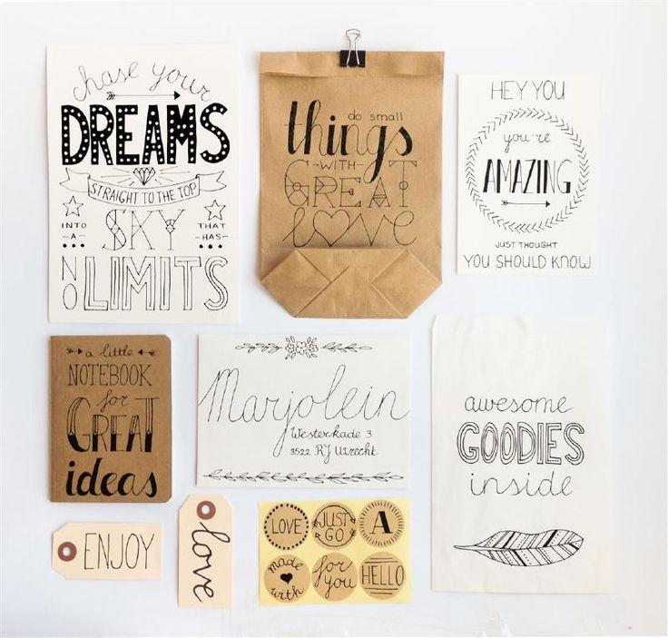 DIY pakket handlettering. Maak de mooiste teksten en inspirerende quotes op de producten in dit uitgebreide DIY-pakket. Het pakket zit vol met fijne papierwaren en de basis benodigdheden voor het tekenen. De stap-voor-stap instructie laat zien hoe ook jij de mooiste quotes handlettered.