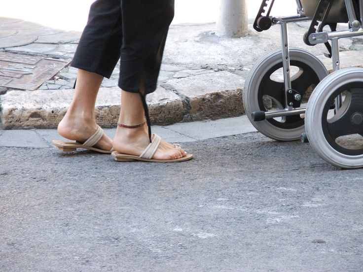 La acera es una barrera importante para las sillas de rueda. Valencia, 2005