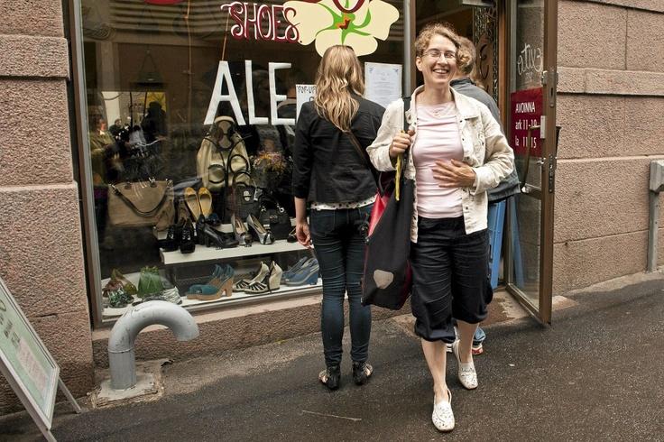 Ravintolapäivänä kenkäkauppaan perustettuun ravintola Persiaan oli pitkä jono. Beate Przygoda sai kuitenkin syödäkseen. Kuva: Sami Kilpiö / HS