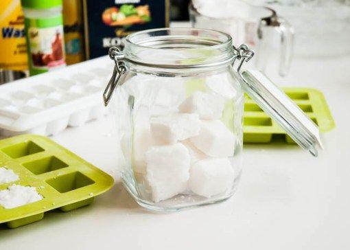 Tablety do myčky se občas pěkně prodraží. Naštěstí jsem našla způsob, jak si je vyrobit doma za zlomek ceny. Pokud dodržíte tento návod, vyrobíte si tablety, které se poperou nejen se špínou, ale i svodním kamenem. Prostě nádhera. :)  //   Potřebujete  2 hrnky práškové sody (jeden hrnek sody