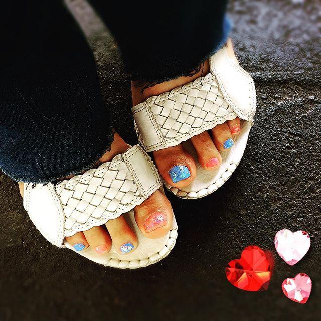 今年の夏は、この組み合わせ色のペディキュアに決定‼️ 🌻 ペディキュアは、セルフネイル。 初の100均ネイルbyセリア。 乾きもそこそこ早く、発色も良し❣️ 侮れないですね〜😵💕 🌻 なかなか好評だし、楽だしで、ルンルンです(笑) #LiLee #ペディキュア #セルフネイル #ピンクブルーネイル #セリアネイル #ベースとトップはキャンメイク #夏ペディキュア #performagician