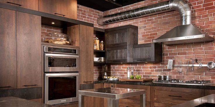 Pour une cuisine dans un décor moderne rustique, optez pour des armoires en bois de noyer et frêne