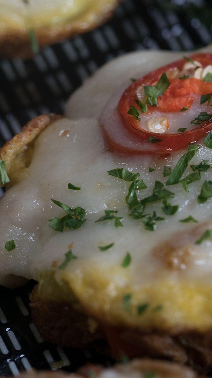 Siapa yang tidak suka dengan telur dadar? Selain rasanya yang enak, proses pembuatannya pun sangat mudah. Telur sendiri merupakan salah satu bahan makanan yang tinggi protein.