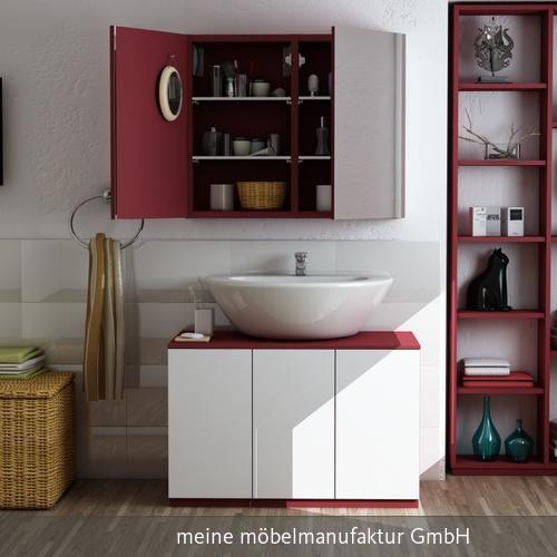 Auffällig Rotes Regal In Eine Nische Eingelassen Im Badezimmer.