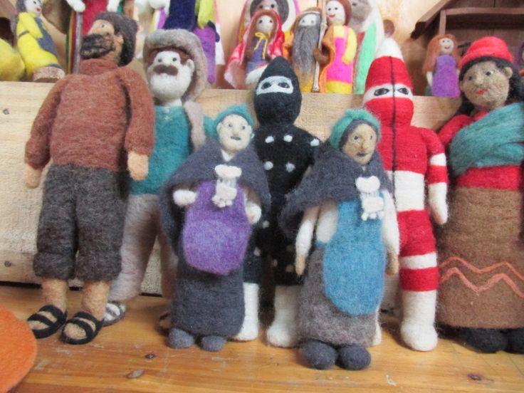 Reproducciones de personajes tipicos chilenos y de los pueblos originarios.