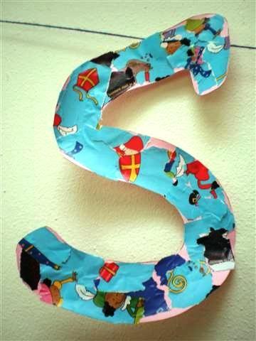 letter beplakken met gescheurde stukjes sinterklaasinpakpapier