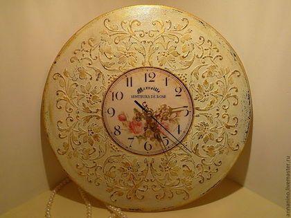 Купить или заказать Часы настенные Прованс ' Розы в белом' в интернет-магазине на Ярмарке Мастеров. Настенные винтажные часы выполнены в стиле шебби -шик с использованием золочения. Часы настенные, нежные, очень красивы в интерьере со светлой мебелью. Темную- освежат. Можно добавить парный предмет, например,шкатулку(сделаю).