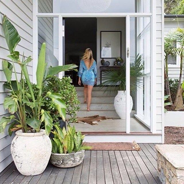 What about @alannasmitdesigns entry!? The pots, the timber, the weatherboard, the perfection  #entry #entryinspo #pottedplants #timberdeck #frontdoor #welcome #makeanentrance #comein