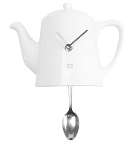 En herlig klokke som kan henge på kjøkkenveggen din. Skjeen funger som en pendel som går frem-og-tilbake mens sekundene går. Time for tea for two? En klokke formet som en te-kanne snakker for seg. En superkul design-duppeditt til ditt hjem.  …Design: BOX32…Materiale: Porselen og metall…Ekskl. 1 AA-batteri…Str: 22 x 6,5 x 16,5cm