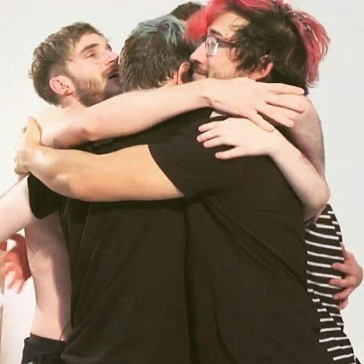 I think Mark would win best bear hug by far>>> I mean look at those bloody arms