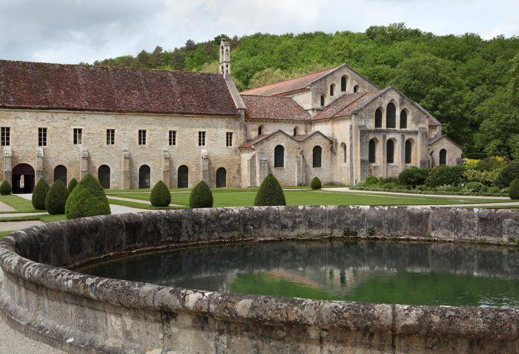 L'abbaye de Fontenay (Côte-d'Or) a été fondée en 1119. Son église, son cloître, son puit, sa forge et ses dortoirs illustrent bien l'idéal d'autarcie des premiers moines cisterciens.   MANUEL COHEN / MANUEL COHEN