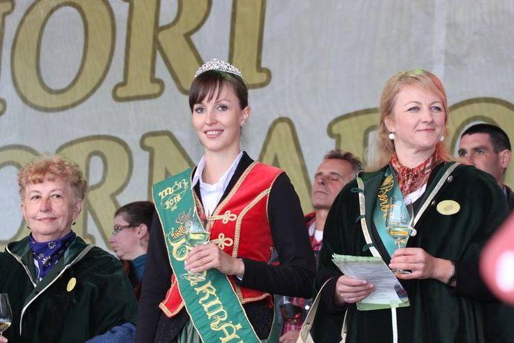 Geszler Csilla 2013. évi Móri Borkirálynő a 2013-as Móri Bornapokon.