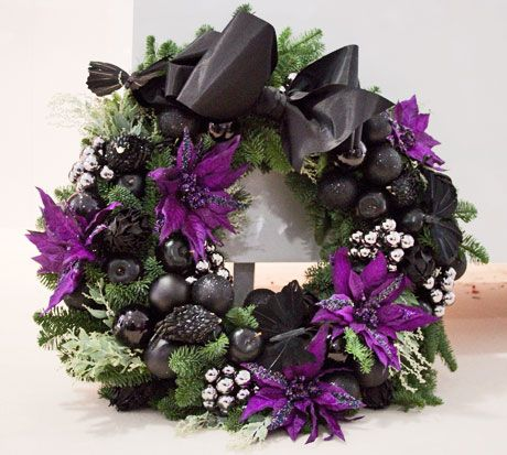 We're always in the mood for seasonal creations. This Christmas wreath by Simon Lycett is truly enchanting!