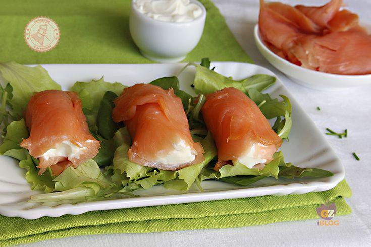 I rotolini salmone e philadelphia sono un antipasto facile, veloce e gustosissimo, perfetto per la cena della vigilia di Natale o la cena di Capodanno.