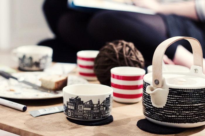 Marimekon teekannu ja -kupit.  Kuva: Eeva Kolu