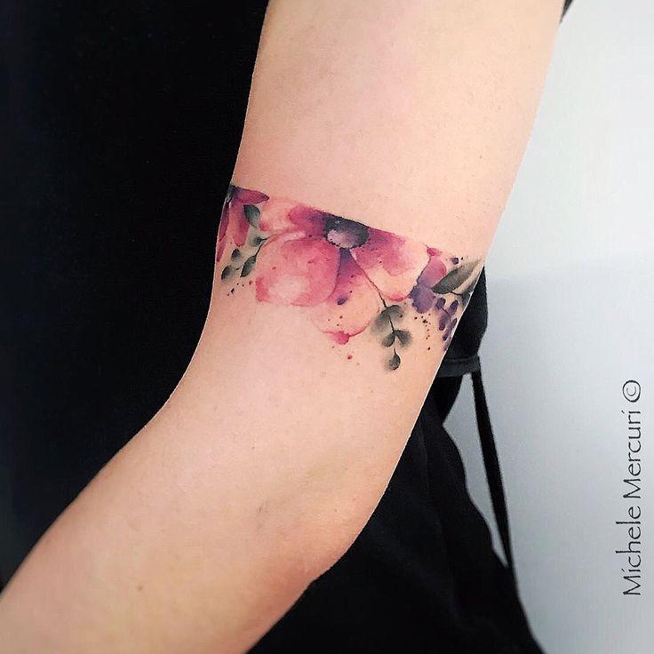 Tatuagem feita por Michele Mercuri da Itália. Bracelete de flores coloridas.