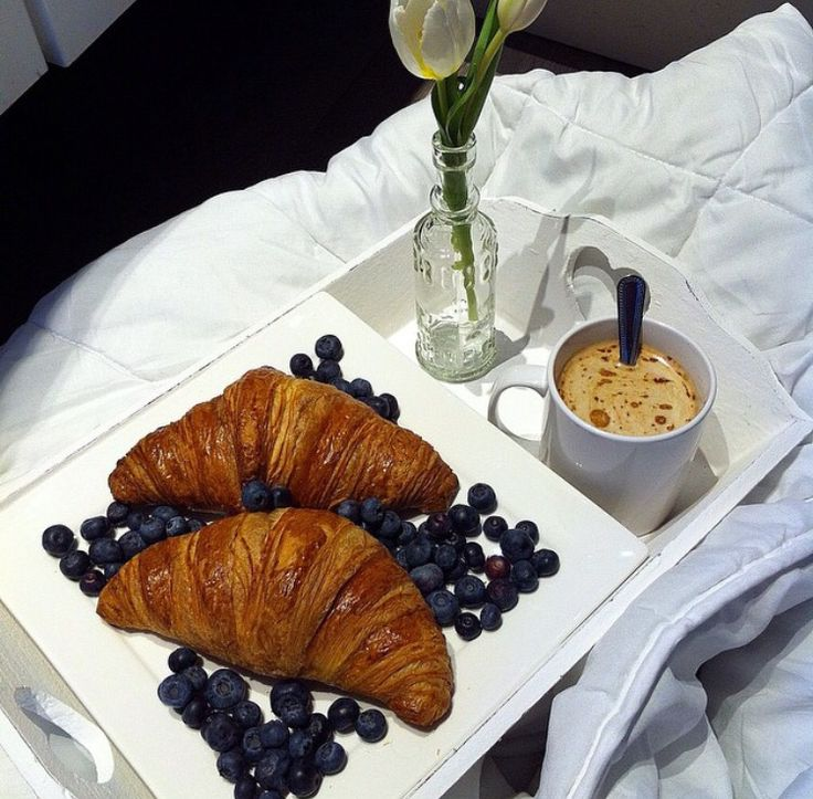 Breakfast like an italian #croissant #breakfastinbed #tulip