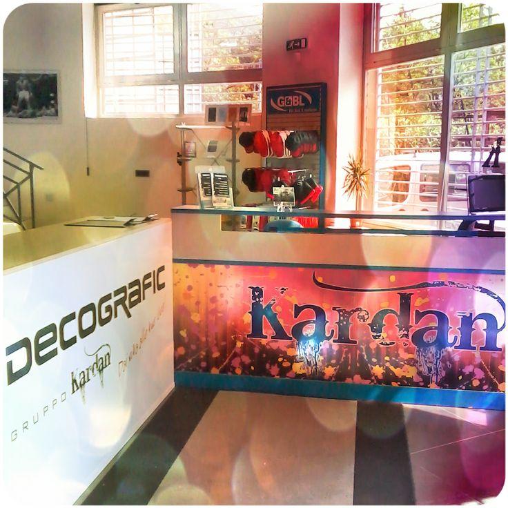 Lo showroom di Decografic - Gruppo Kardan si trova nella zona industriale di Cogoleto in via Bordin 3A, a pochi minuti dall'uscita autostradale di Arenzano. Vieni a scoprire tutti i nostri prodotti per il tuo business! www.decografic.com