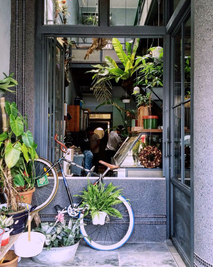 【Flowers in the Window】 The new hipster cafe in town. Welcome with full of flowers and plants.