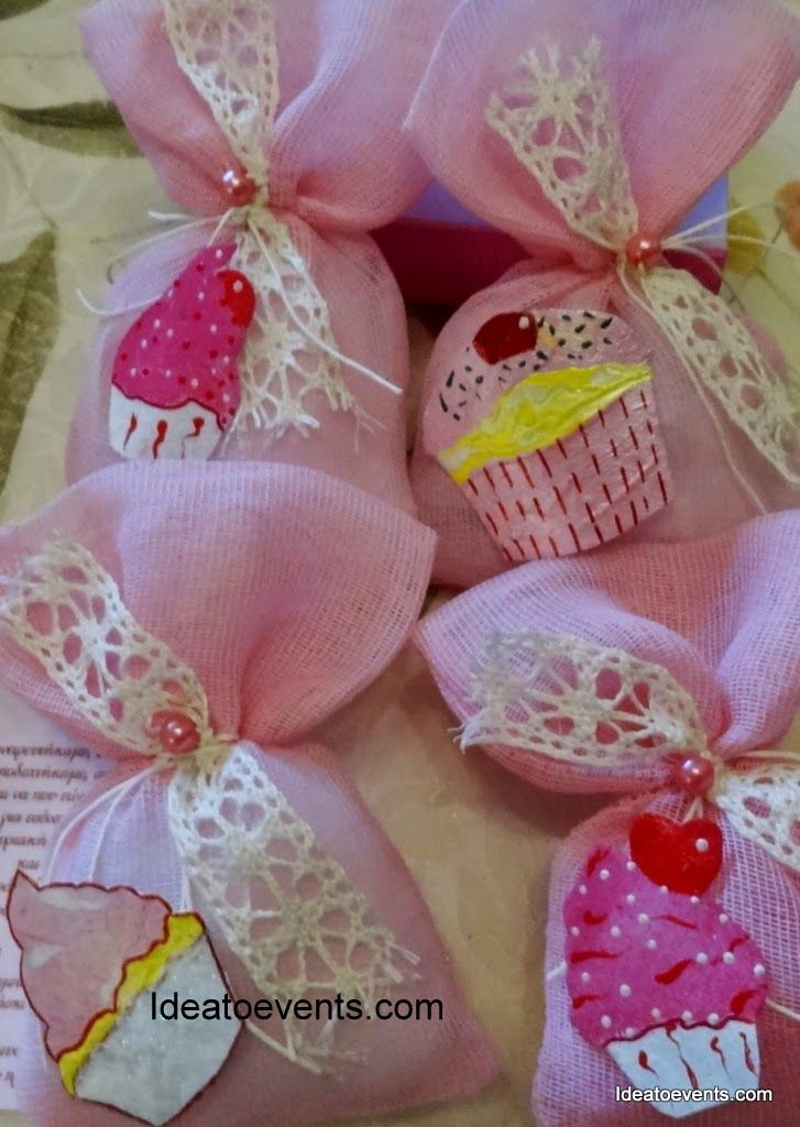 Christening favor pouch withe lace, pearls and yummy cupcakes! Code N°MB0121 Μπομπονιέρες βάπτισης ροζ πουγκάκια γάζα με περλίτσες, δαντελίτσες και cupcakes ζωγραφική!