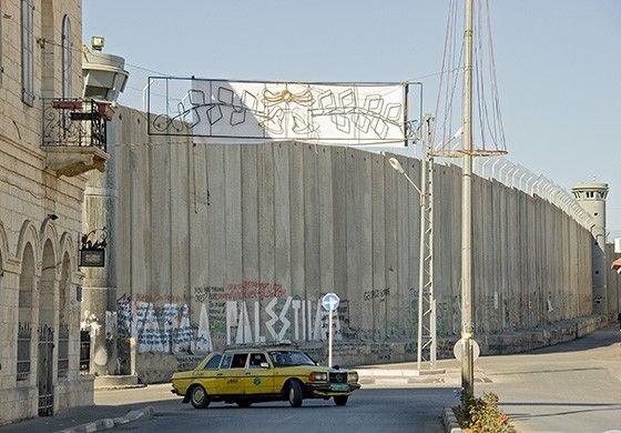 Em Belém, na Cisjordânia, um muro separa Israel dos territórios da Palestina ocupados pelos israelenses. Para os palestinos, o muro separou famílias e é sinônimo de vergonha e discriminação (Foto: © Haroldo Castro/ÉPOCA)
