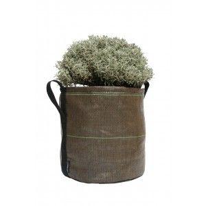POT DA 25 LITRI. Vaso da 25 litri in geotessuto destinato alla coltivazione di piante ortive a radice profonda. Grazie alla sua capienza è particolarmente adatto ad accogliere i tuoi pomodori. Prova inoltre ad utilizzarlo per la coltivazione delle patate. Grazie alla semina a scalare in più vasi potrai avere abbondanti raccolti anche in un piccolo balcone. $31